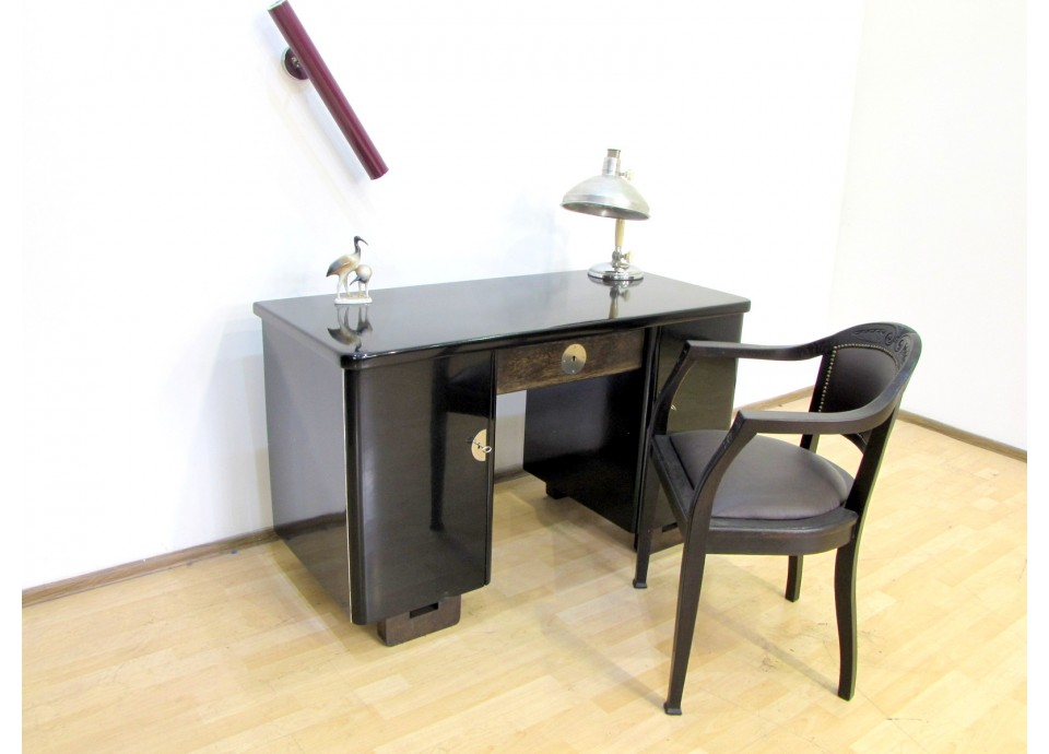 Czarne biurko art deco.