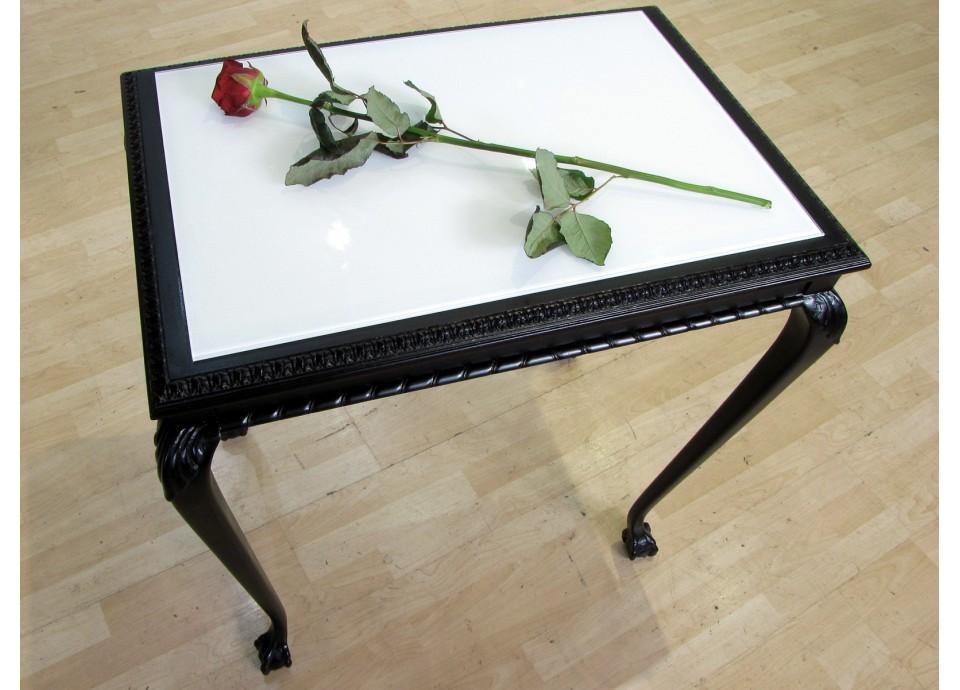 Ten z różą. Rzeźbiony stół XIXw.
