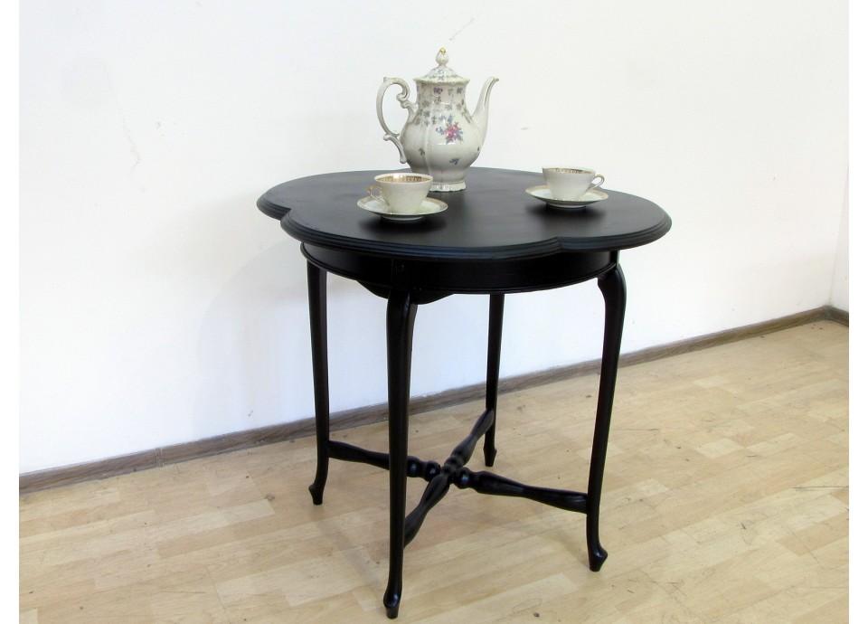 Ten z imbykiem. Machoniowy stolik z pocz. XXw.