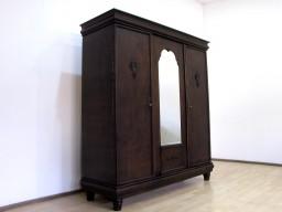 Pięknie zdobiona, przedwojenna szafa z lustrem.