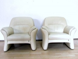 Skórzana dwu osobowa sofa ecru.